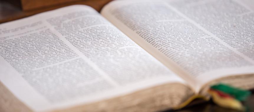 Die Heilige Schrift aufgeschlagen