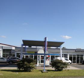 Autohaus und Tankstelle