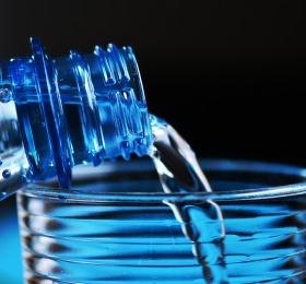 Sprudelwasser wird in ein Glas eingegossen