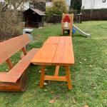 Tisch und Bank auf dem Spielplatz