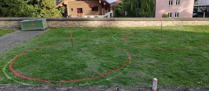 Markierungen für zwei kreisrunde, neue Parkgräber in Wolfenhausen